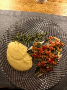 Wolfsbarschfilets gebraten mit Polenta und Sauce Vierge