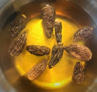 Getrocknete Morcheln weichen ein