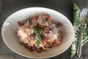 Spaghetti Zucchini-Julienne mit Parmesan serviert