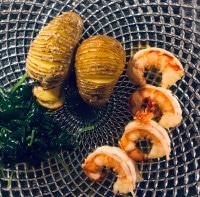 Garnelen, Fächerkartoffeln und Blattspinat