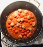 Hackbällchen mit der Tomaten-Soße in der Pfanne