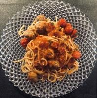 Hackbällchen mit Tomate serviert