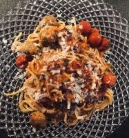 Hackbällchen mit Tomate und Parmesan serviert