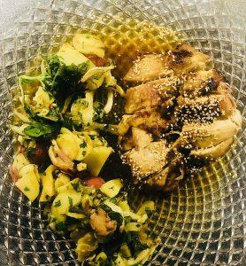 Hühnerschenkel mit Ofengemüsesalat serviert