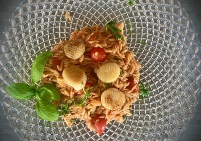 Jakobsmuscheln auf tomatisierten griechischen Nudeln Kritharaki