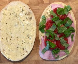 Panini mit Schinken, Basilikum und Tomaten