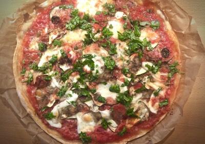 Pizza aus dem Ofen mit Kräutern