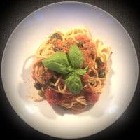 Spaghetti alla Puttanesca serviert