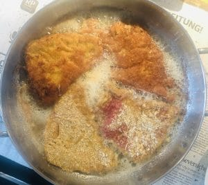 Wiener Schnitzel in der Pfanne im Butterschmalz