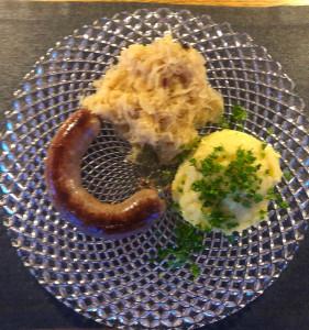 Wellwurst mit Sauerkraut und Püree