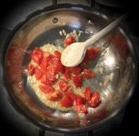 Tomaten, Zwiebel, Knoblauch anschwitzen