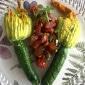 Gefüllte Zucchini-Blüten serviert