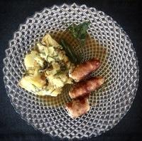 Truthahn-Involtinis mit Zucchini-Kartoffelgratin serviert