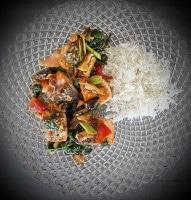 Lachsfilets mit Teriyaki-Gemüse auf dem Teller