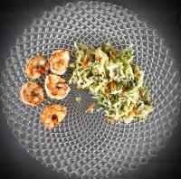 Thailändischer Salat mit Garnelen serviert