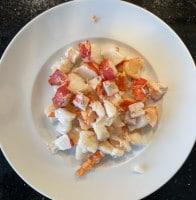 Hummerschwänze gekocht und geschnitten für Hummerschwänze in Curry-Soße mit Pasta
