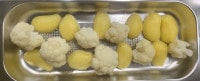 Blumenkohl-Röschen und Kartoffeln kommen aus dem Dampfgarer