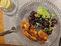 Hähnchen-Sticks mit Savora-Senf-Dip auf dem Teller